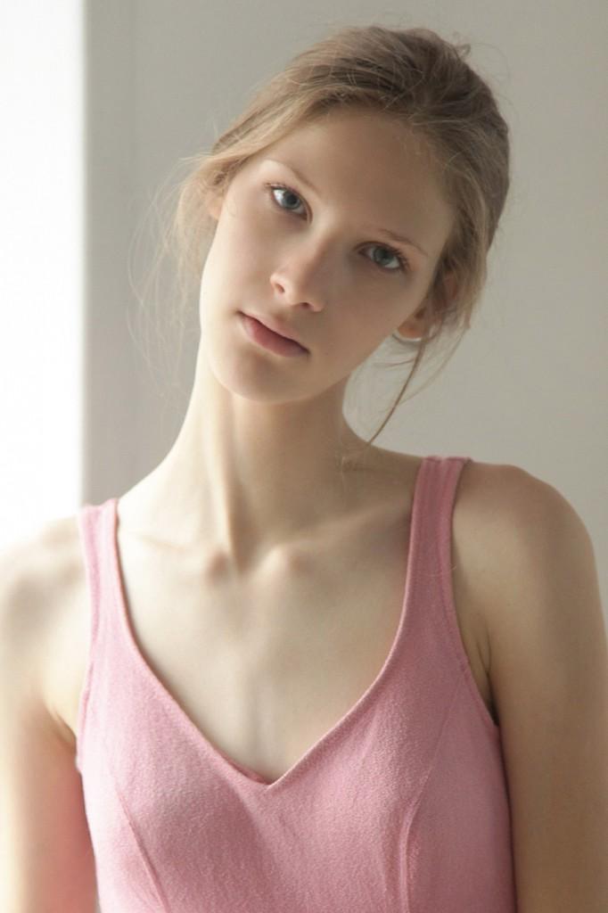 Фото грудь юной модели, видео скрытая камера в кабинках переодевания