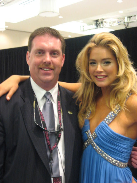 The luminescent Doutzen poses with Joe Walsh. (pic: Fred/Vivien)