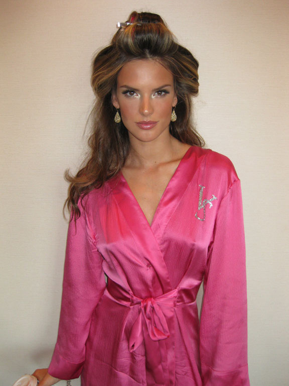 New mom and stunning VS Angel, Alessandra looks better than ever. (pic: Paulo)
